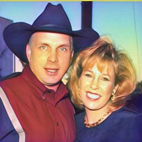Garth Brooks had married to Sandy Mahl in May 24, 1986 and divorced in 2016. Both they have three children.